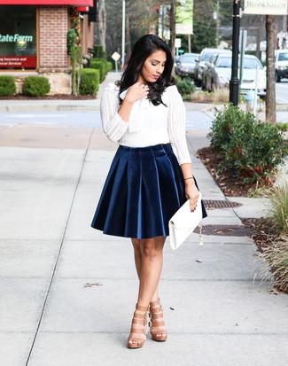 Pour créer une tenue idéale pour un déjeuner entre amis le week-end, harmonise un t-shirt à manche longue en dentelle blanc avec une jupe patineuse en velours bleue marine. Pour les chaussures, fais un choix décontracté avec une paire de des sandales spartiates en cuir brunes claires.