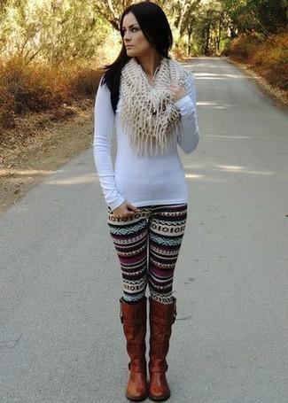 Essaie d'associer un t-shirt à manche longue blanc avec des leggings en jacquard noirs pour une impression décontractée. Une paire de des bottes hauteur genou en cuir brunes apportera une esthétique classique à l'ensemble.