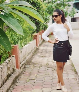 Marie un t-shirt à manche longue blanc avec une minijupe en cuir noire pour un déjeuner le dimanche entre amies. Assortis cette tenue avec une paire de des chaussures richelieu en cuir beiges pour afficher ton expertise vestimentaire.