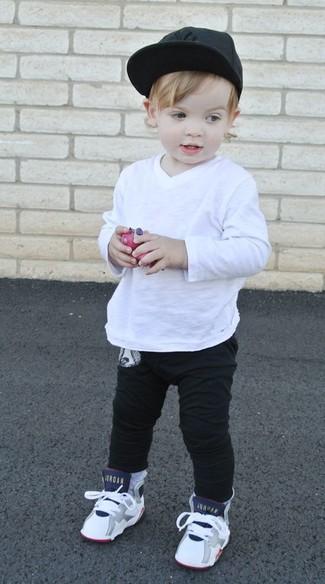 Comment porter: t-shirt à manche longue blanc, pantalon de jogging noir, baskets blanches, casquette de base-ball noire