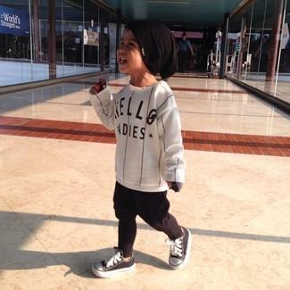 Comment porter: t-shirt à manche longue à rayures verticales blanc, pantalon de jogging noir, baskets noires et blanches, bonnet noir