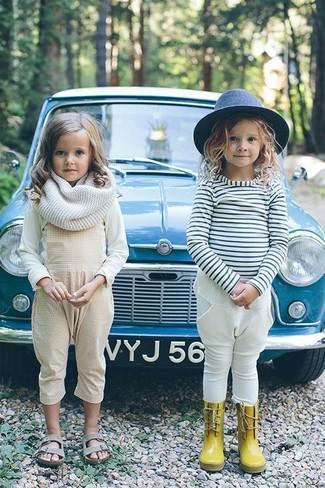Comment porter: t-shirt à manche longue blanc, salopette beige, sandales grises, écharpe blanche