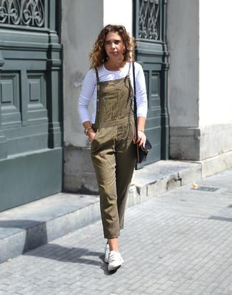 Essaie de marier un t-shirt à manche longue blanc avec une salopette olive pour achever un style chic et glamour. Cet ensemble est parfait avec une paire de des baskets basses blanches.