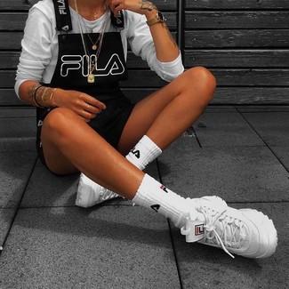 Comment porter une salopette-short: Essaie d'associer un t-shirt à manche longue blanc avec une salopette-short pour obtenir un look relax mais stylé. Jouez la carte décontractée pour les chaussures et complète cet ensemble avec une paire de chaussures de sport blanches.