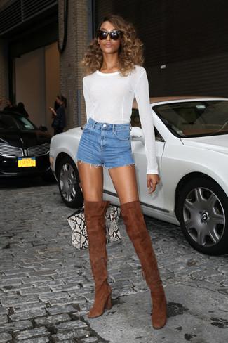 Choisis un t-shirt à manche longue blanc et un short en denim bleu pour achever un look chic. Une paire de des cuissardes en daim brunes apportera une esthétique classique à l'ensemble.