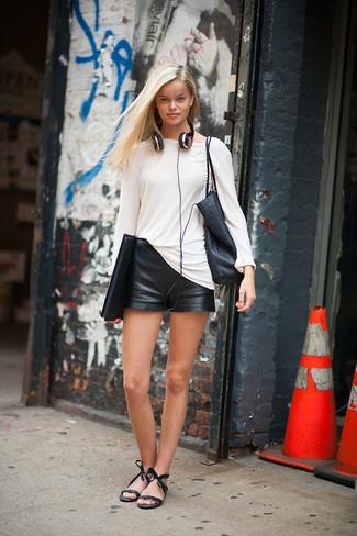 Pour une tenue de tous les jours pleine de caractère et de personnalité harmonise un t-shirt à manche longue blanc avec un short en cuir noir. Rehausse cet ensemble avec une paire de des sandales à talons en cuir noires.