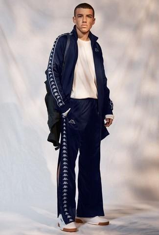 Comment porter un survêtement: Choisis un survêtement et un t-shirt à manche longue blanc pour une tenue idéale le week-end. Ajoute une paire de des baskets basses en cuir blanches à ton look pour une amélioration instantanée de ton style.