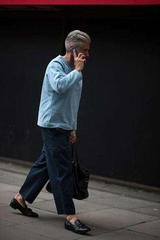 Comment porter des mocassins à pampilles en cuir noirs pour un style chic decontractés: Associe un t-shirt à manche longue bleu clair avec un pantalon chino bleu marine pour affronter sans effort les défis que la journée te réserve. Jouez la carte classique pour les chaussures et assortis cette tenue avec une paire de des mocassins à pampilles en cuir noirs.