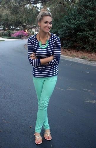 Comment porter: t-shirt à manche longue à rayures horizontales bleu marine et blanc, jean skinny vert menthe, tongs en cuir dorées, collier vert menthe