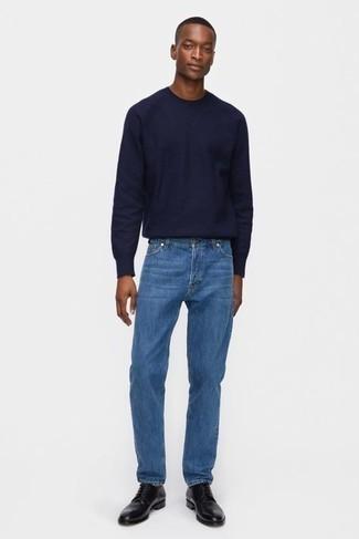 Comment porter un t-shirt à manche longue bleu marine: Associe un t-shirt à manche longue bleu marine avec un jean bleu pour une tenue idéale le week-end. Transforme-toi en bête de mode et fais d'une paire de chaussures derby en cuir noires ton choix de souliers.