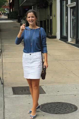 Comment porter: t-shirt à manche longue bleu marine, minijupe en denim blanche, sandales compensées en cuir bleu marine, sac bandoulière en cuir imprimé marron foncé