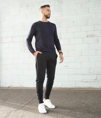 Comment porter un t-shirt à manche longue bleu marine: Choisis pour le confort dans un t-shirt à manche longue bleu marine et un pantalon de jogging gris foncé. Rehausse cet ensemble avec une paire de des baskets basses en toile blanches.