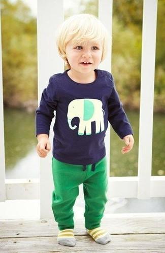 Comment porter: t-shirt à manche longue bleu marine, pantalon de jogging vert, chaussettes jaunes