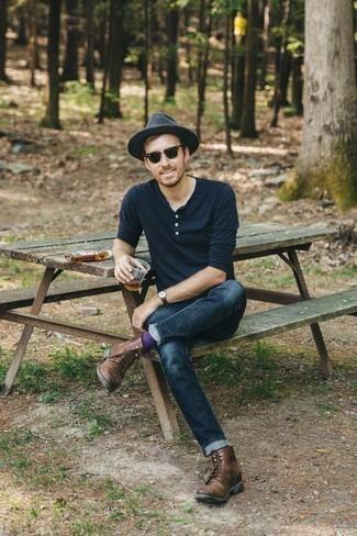 Comment porter un chapeau en laine gris foncé: Porte un t-shirt à manche longue et col boutonné bleu marine et un chapeau en laine gris foncé pour une tenue idéale le week-end. Jouez la carte classique pour les chaussures et termine ce look avec une paire de des bottes de loisirs en cuir marron.