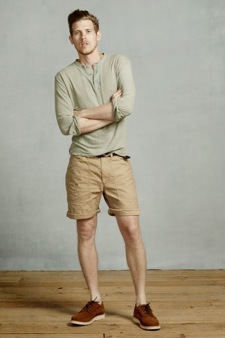 Comment porter: t-shirt à manche longue et col boutonné olive, short marron clair, chaussures derby en daim tabac
