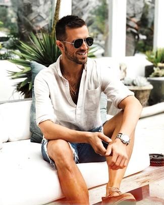 Comment porter: t-shirt à manche longue et col boutonné beige, short en denim déchiré bleu, chaussures bateau en cuir marron, lunettes de soleil noires