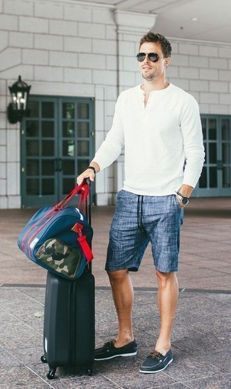 Comment porter des chaussures bateau: Choisis un t-shirt à manche longue et col boutonné blanc et un short bleu pour obtenir un look relax mais stylé. Une paire de des chaussures bateau est une façon simple d'améliorer ton look.