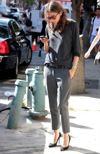 Comment porter: t-shirt à manche longue gris foncé, pantalon de costume gris, escarpins en daim noirs, ceinture noire