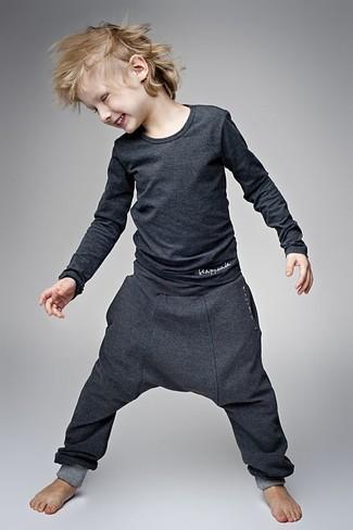 Comment porter: t-shirt à manche longue gris foncé, pantalon de jogging gris foncé