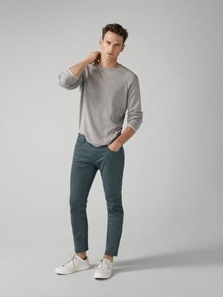 Comment s'habiller pour un style decontractés: Pour créer une tenue idéale pour un déjeuner entre amis le week-end, pense à marier un t-shirt à manche longue gris avec un jean bleu canard.