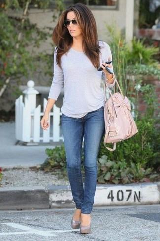 Comment porter: t-shirt à manche longue gris, jean bleu, escarpins en cuir gris, sac fourre-tout en cuir rose