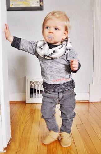 Comment porter: t-shirt à manche longue gris, jean gris, bottes marron clair