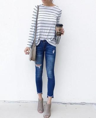 Comment porter: t-shirt à manche longue à rayures horizontales gris, jean skinny déchiré bleu, bottines en daim découpées grises, sac bandoulière en daim gris