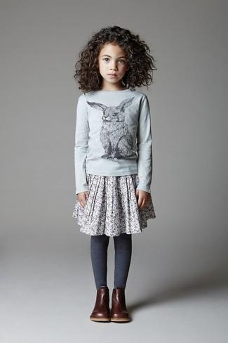 Comment porter: t-shirt à manche longue gris, jupe grise, bottes marron foncé, collants bleu marine