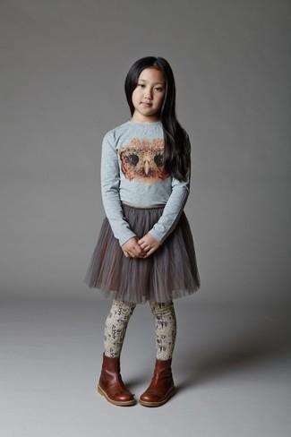 Comment porter: t-shirt à manche longue imprimé gris, jupe de tulle grise, bottes en cuir marron foncé, collants beiges