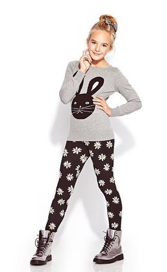 Comment porter: t-shirt à manche longue gris, leggings noirs, bottes grises