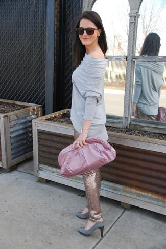 Comment porter: t-shirt à manche longue gris, pantalon slim pailleté doré, escarpins en daim gris, pochette en satin rose