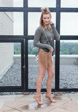 Comment porter: t-shirt à manche longue gris, short en denim blanc, sandales spartiates hautes en cuir marron clair, sac bandoulière en cuir à franges marron clair