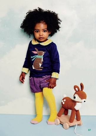 Comment porter: t-shirt à manche longue imprimé bleu marine, short violet, collants jaunes
