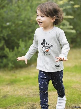 Comment porter: t-shirt à manche longue imprimé gris, leggings à étoiles bleu marine, baskets blanches