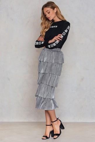 Comment porter: t-shirt à manche longue imprimé noir et blanc, jupe mi-longue plissée argentée, sandales à talons en velours noires