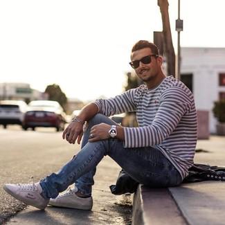 Comment porter: t-shirt à manche longue à rayures horizontales blanc et bleu marine, jean déchiré bleu clair, baskets basses blanches, lunettes de soleil noires