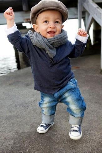Comment porter: t-shirt à manche longue bleu marine, jean bleu, baskets bleu marine et blanc, bonnet marron