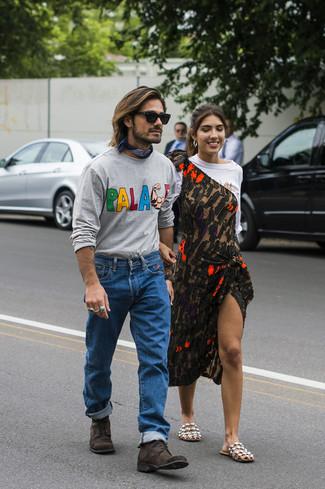 Comment porter: t-shirt à manche longue imprimé gris, jean bleu, bottes de loisirs en daim marron foncé, bandana bleu marine
