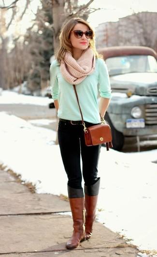 Pense à harmoniser un t-shirt à manche longue vert menthe avec un jean noir pour créer un style chic et glamour. Une paire de des bottes hauteur genou en cuir tabac Salvatore Ferragamo s'intégrera de manière fluide à une grande variété de tenues.