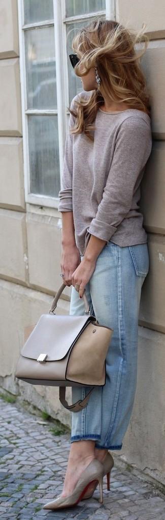 Comment porter: t-shirt à manche longue gris, jean boyfriend bleu clair, escarpins en cuir gris, cartable en cuir gris