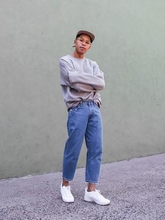 Comment porter des chaussures de sport blanches: Opte pour un t-shirt à manche longue violet clair avec un jean bleu pour un déjeuner le dimanche entre amis. Si tu veux éviter un look trop formel, opte pour une paire de chaussures de sport blanches.