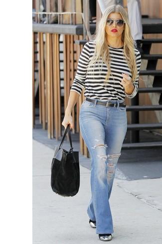 Comment porter: t-shirt à manche longue à rayures horizontales blanc et noir, jean flare déchiré bleu clair, bottines en cuir argentées, sac fourre-tout en velours noir