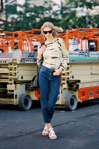 Comment porter: t-shirt à manche longue imprimé tie-dye jaune, jean bleu marine, sandales plates en cuir blanches, sac bandoulière en cuir noir