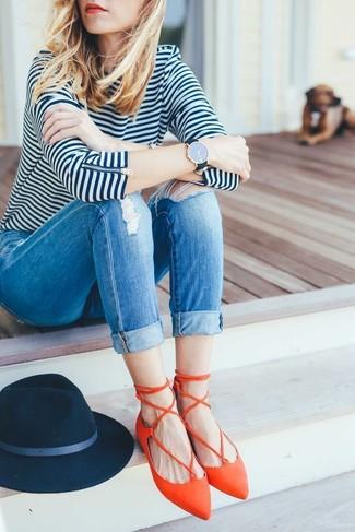 Comment porter: t-shirt à manche longue à rayures horizontales blanc et bleu marine, jean skinny déchiré bleu, ballerines en cuir orange, chapeau en laine bleu marine