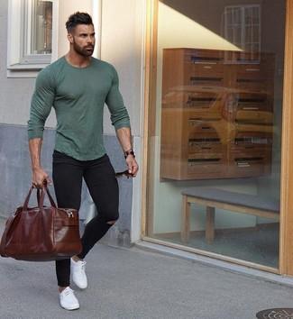 Comment porter: t-shirt à manche longue olive, jean skinny déchiré noir, baskets basses en cuir blanches, fourre-tout en cuir marron foncé