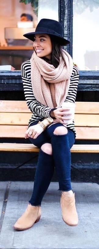 Comment porter: t-shirt à manche longue à rayures horizontales blanc et noir, jean skinny déchiré bleu marine, bottines en daim marron clair, chapeau en laine bleu marine