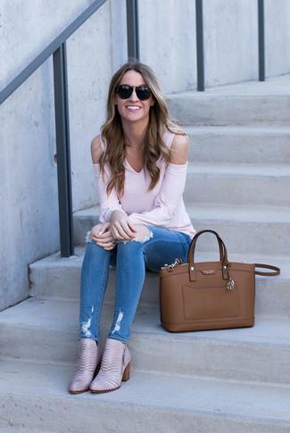 Comment porter: t-shirt à manche longue rose, jean skinny déchiré bleu, bottines en cuir roses, sac fourre-tout en cuir marron