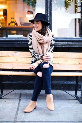 Comment porter: t-shirt à manche longue à rayures horizontales blanc et noir, jean skinny déchiré bleu marine, bottines en daim marron clair, chapeau en laine noir