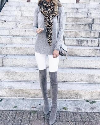 Comment porter: t-shirt à manche longue gris, jean skinny blanc, cuissardes en daim grises, sac bandoulière en cuir gris
