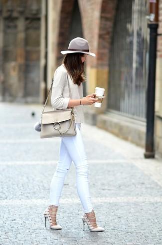 Comment porter un t-shirt à manche longue beige: Choisis un t-shirt à manche longue beige et un jean skinny blanc pour une tenue raffinée mais idéale le week-end. Une paire de des escarpins en daim beiges est une option judicieux pour complèter cette tenue.